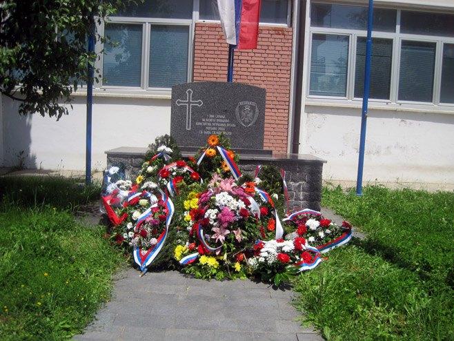 Лукавица- положени вијенци на спомен-обиљежје испред ПУ