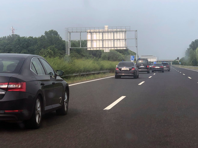U pratnji Milorada Dodika 16 automobila (Foto: Srna)