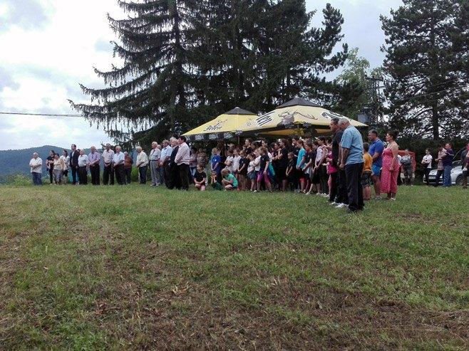 Приједор: полагање вијенаца и историјски час у засеоку Мацуре (Фото: СРНА)