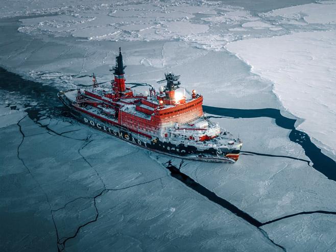 Импресиван снимак: Руски нуклеарни ледоломац сијече Арктик (ВИДЕО)