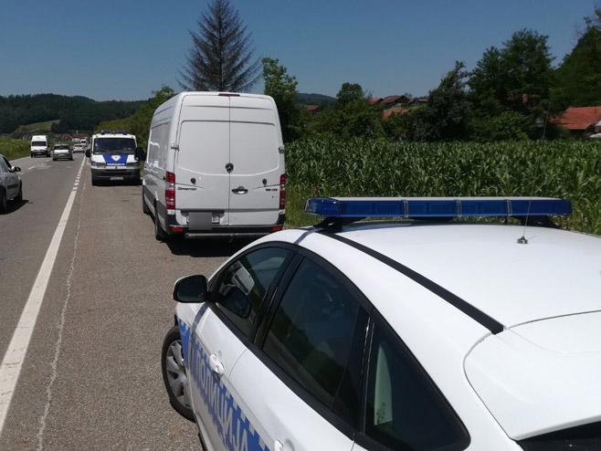 Policija sprovodi migrante (Foto: RTRS)