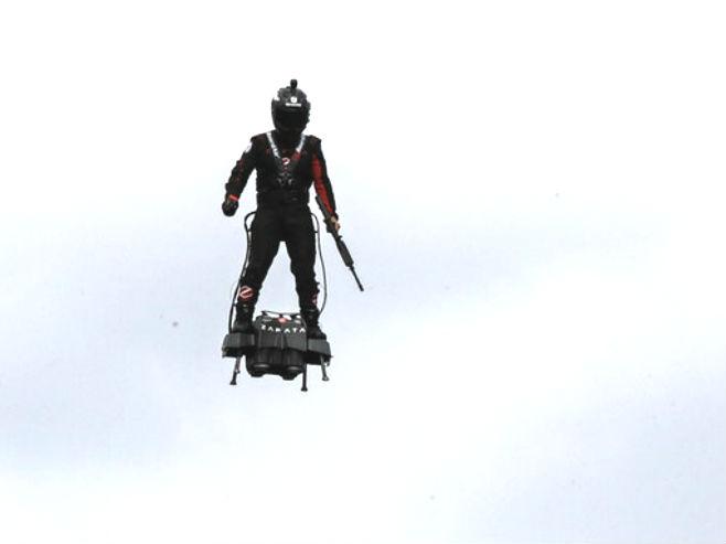 "Džet-ski šampion Freki Zapata leti na ""Flajbord eru"" (Foto: AP)"