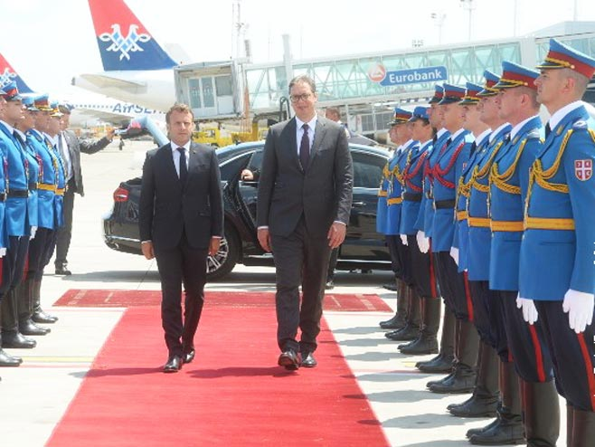 Испраћај Макрона на аеродрому (Фото: Предсједништво Србије)