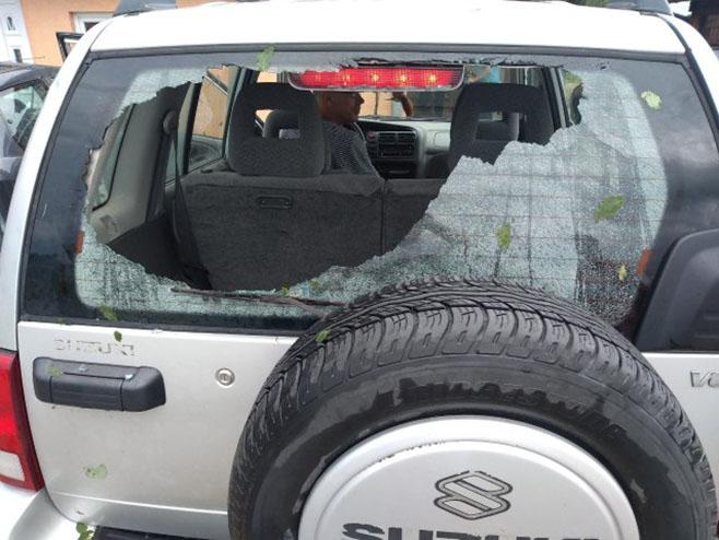 Srbija: Nevrijeme oštetilo automobil (Foto: RINA.RS)