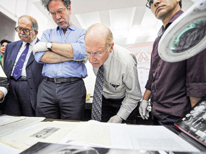 Grajf analizira dokumentaciju za novu publikaciju (Foto D. Dozet/Novosti) -