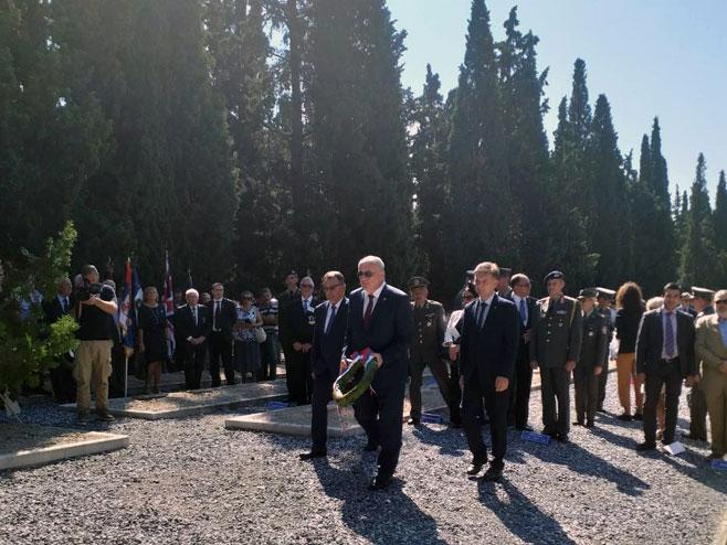Полагање вијенаца на споменик српским добровољцима (Фото: СРНА)
