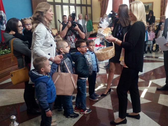 Дјеца из бањалучких вртића код предсједнице Цвијановић (Фото: РТРС)
