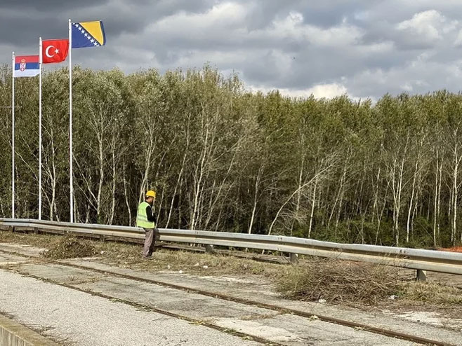 Radnici i mašine na terenu u Sremskoj Rači
