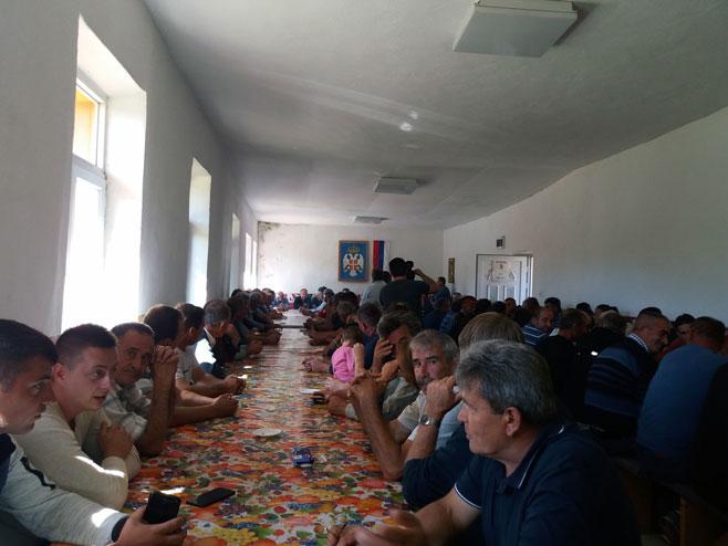 Мјештани Крстаче и околних села на окупљању због проблема са мигрантима