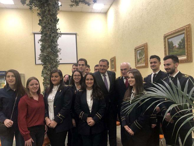 Milorad Dodik sa studentima iz Srpske i Srbije (Foto: SRNA)