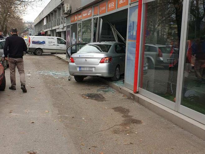 Banjaluka-Automobilom uletio u izlog (Foto: Nezavisne)