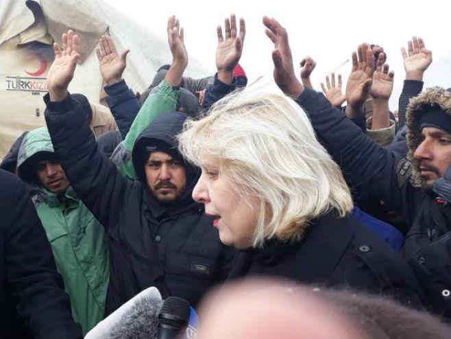 Дуња Мијатовић са мигрантима у кампу Вучјак (Фото: N1)