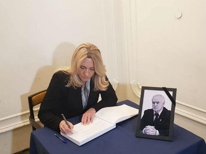 Цвијановићева се уписује у Књигу жалости (Фото: РТРС)