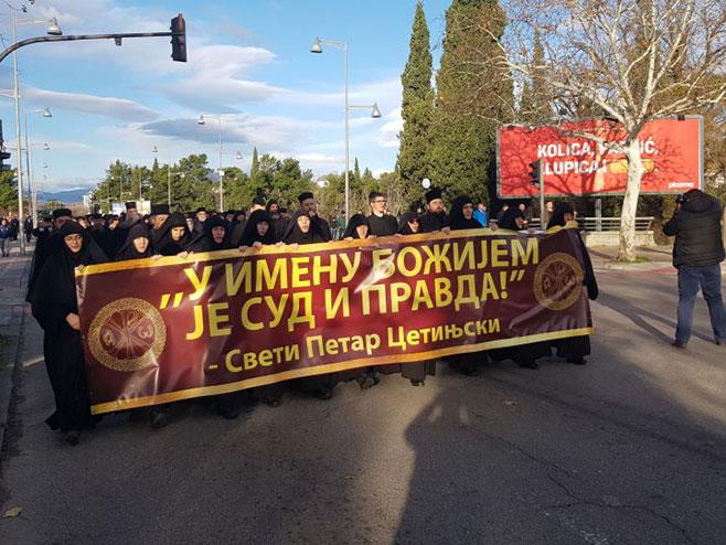 Amfilohije sa sveštenicima ispred skupštine (foto: Sputnik / Nebojša Popović) -