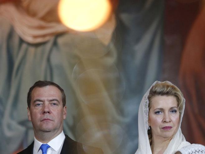 Dmitrij Medvedev sa suprugom na liturgiji