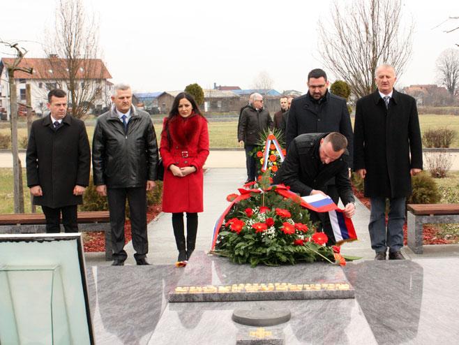 Положено цвијеће на спомен-обиљежје Милану Јелићу (Фото: СРНА)