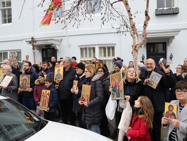 Protest Srba ispred ambasade Crne Gore u Londonu (foto: SPC u Londonu)