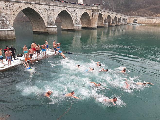 Вишеград: Пливање за Часни крст (Фото: СРНА)