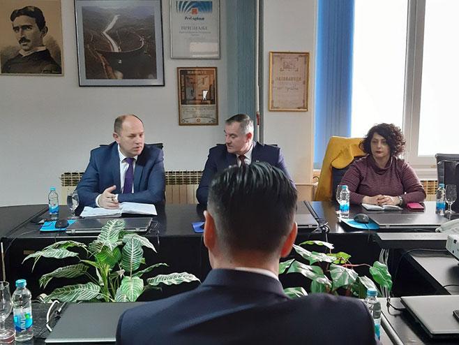 Премијер Вишковић са директором ЕРС и рукововодством ХЕТ-а, Фото: РТРС