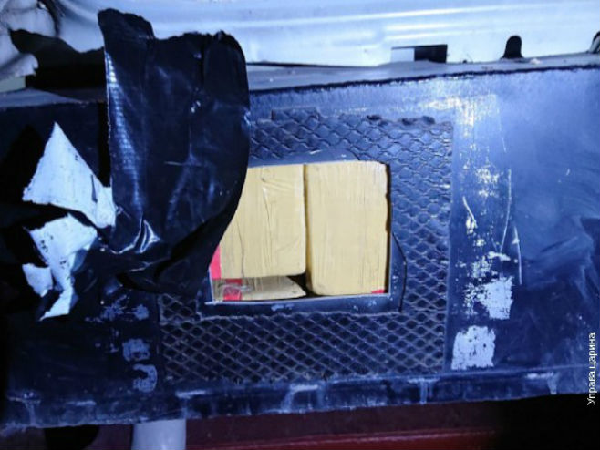 Пакети хероина у бункеру аутомобила, Фото: Управа царина Србије