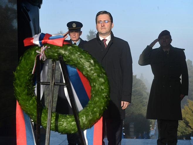Selaković polaže vijenac na spomenik Neznanom junaku na Avali (foto: Ministarstvo odbrane Srbije)