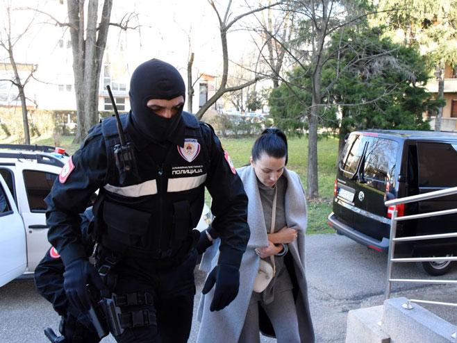 Привођење инспектора за привредни криминалитет ПУ Бањалука (Фото: Срна)