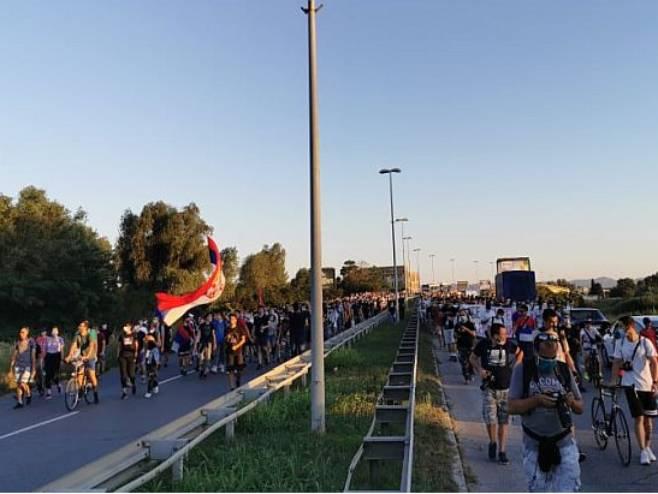 Новосађани кренули према ауто-путу (Фото: 021.rs)