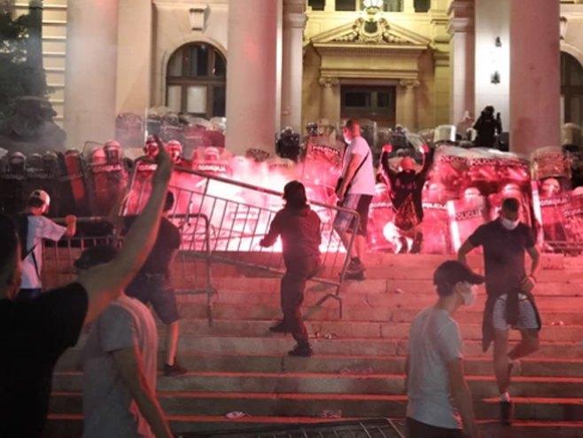 Београд: демонстранти пред скупштином