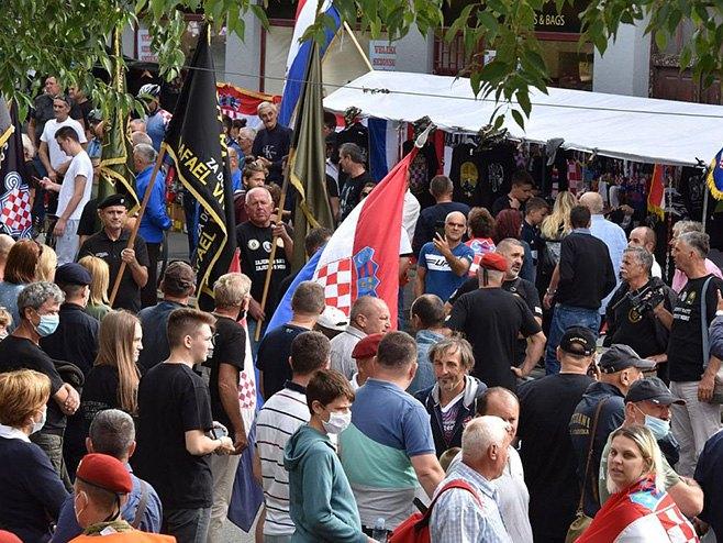 """Pripadnici HOS-a došli u Knin uz povike """"U boj, u boj!"""" (Foto: Indeks)"""