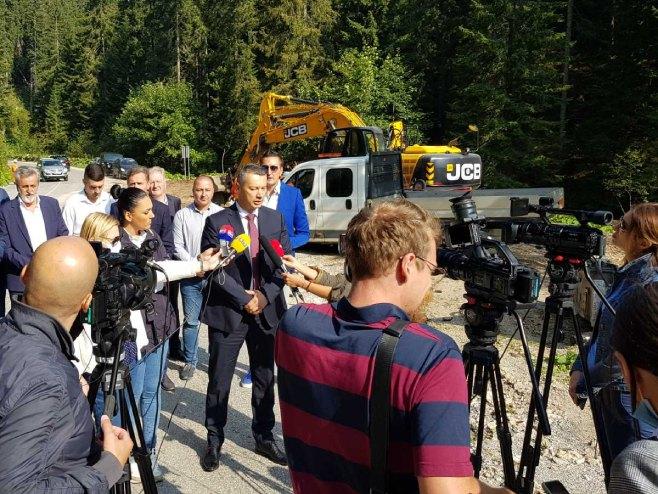 Ненад Нешић са новинарима (Фото: РТРС)