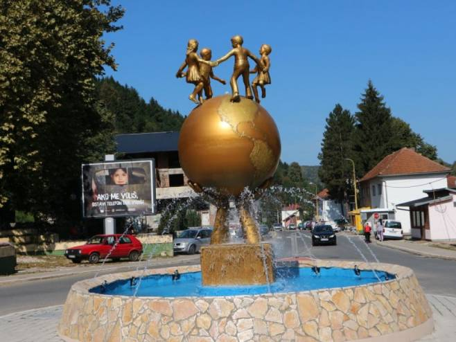 """Spomenik miru"" u centru Srebrenice (Foto: Avaz/S. Smajlović)"