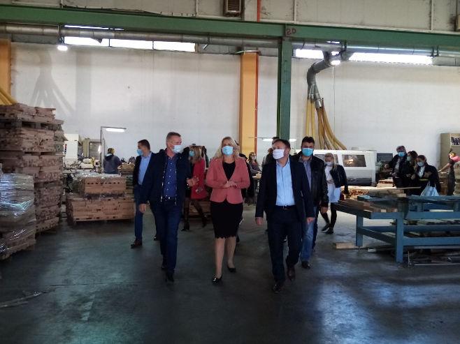 Цвијановић у компанији Агрофлора (фото: РТРС)