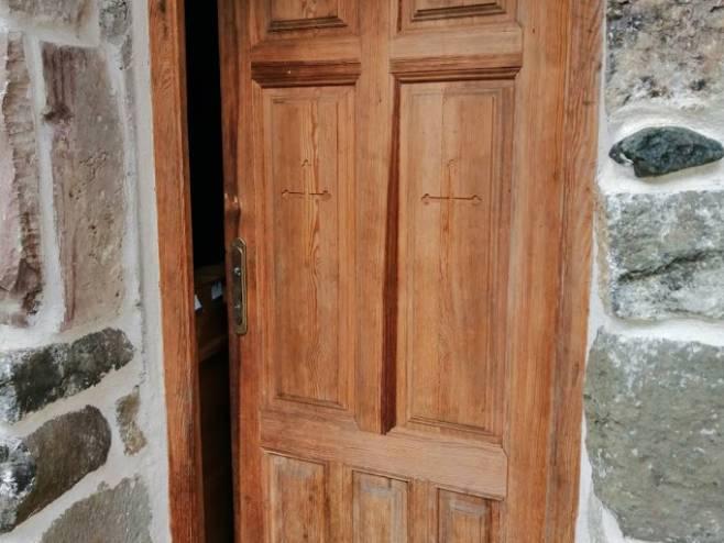 Обијена улазна врата (фото: mitropolijadabrobosanska.org)