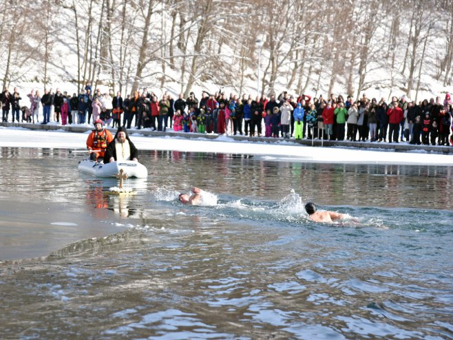 Здравко Милановић први је допливао до Часног крста на Балкани (Фото: СРНА)