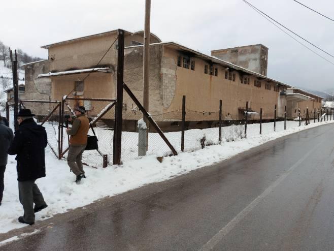 """Prva komemoracija ispred koncentracionog logora """"Silos"""" u Tarčinu (foto: SRNA)"""