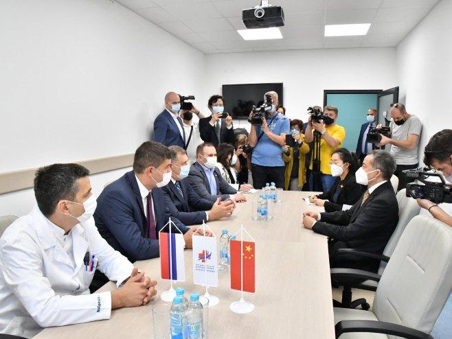 Dodik sa ambasadorom Kine (Foto: RTRS)