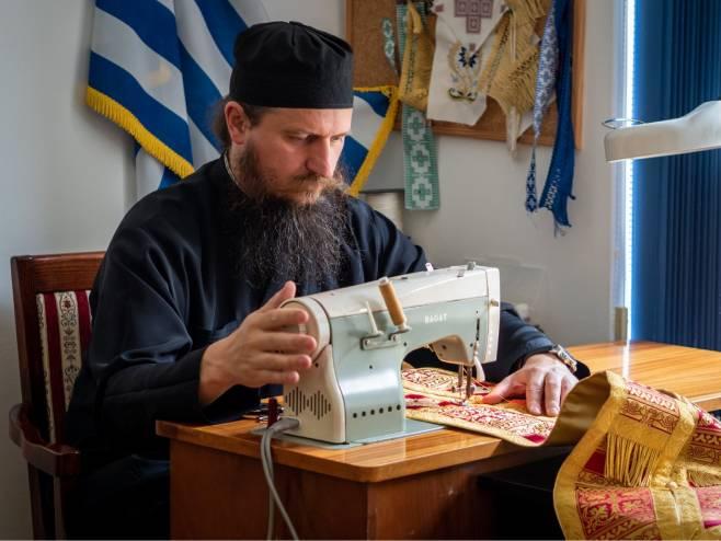 Епископ Сергије за машином за шивање (Фото: РТРС)