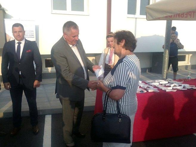Višković dodjeljuje ključeve u Trebinju (Foto: SRNA)