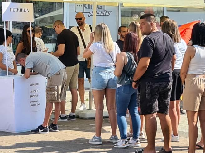 Добој - потписивање петиције (Фото: СРНА)