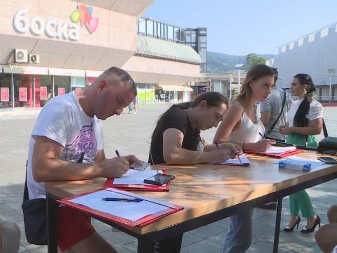 Потписивање петиције у Бањалуци (Фото: РТРС)