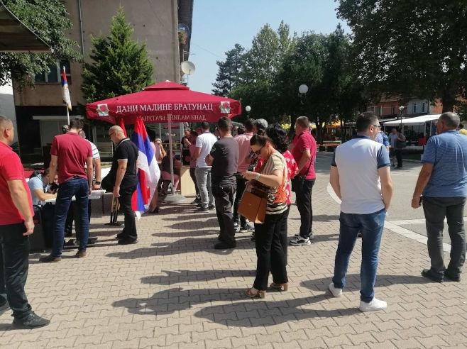 Потписивање петиције у Братунцу