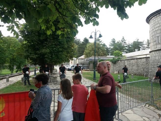 Полиција обезбјеђује Цетињски манастир (Фото: Жељка Вучинић)